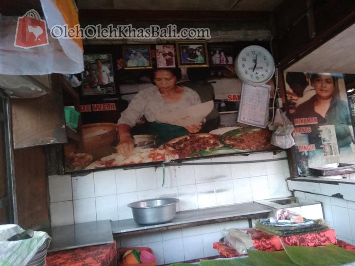 Foto pendiri nasi campur ayam kampung Bu Men Weti