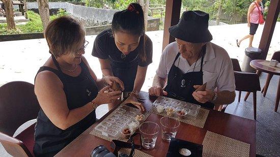 Wisatawan membuat coklatnya sendiri di wisata tur Pod Chocolate
