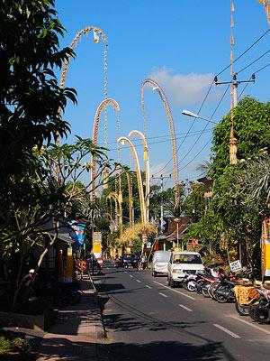 Dekorasi penjor saat perayaan Galungan di Bali