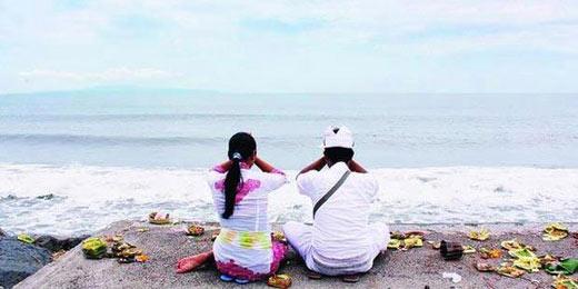 Umat Hindu di Bali merayakan Galungan dengan bersembahyang di Pantai Padanggalak, Denpasar.